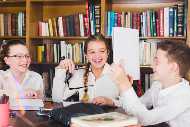 Chłopiec pokazuje uśmiechniętego przyjaciół copybook