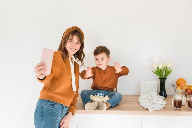 Chłopiec pozuje dla selfie z mamą