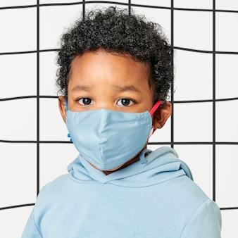 Chłopiec pozuje z maską na twarz, zapobieganie koronawirusowi