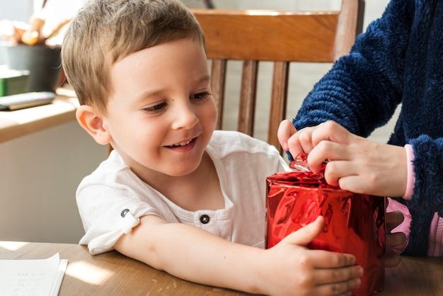Chłopiec prezent obecny szczęście wakacje