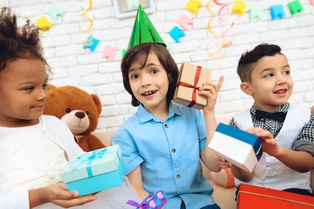 Chłopiec próbuje zgadnąć, że w pudełku prezentowym.
