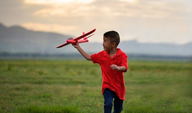 Chłopiec prowadzący papierowy samolot