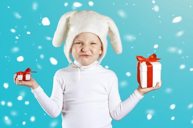 Chłopiec przebrany za białego zająca próbuje wybrać prezent