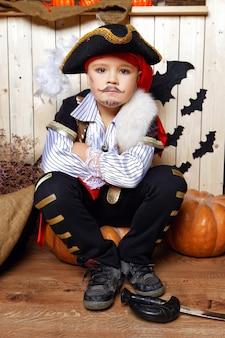 Chłopiec przebrany za pirata na tle dekoracji na halloween