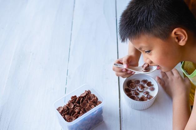 Chłopiec pyszne płatki śniadaniowe