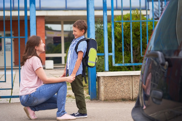 Chłopiec rano idzie do szkoły.