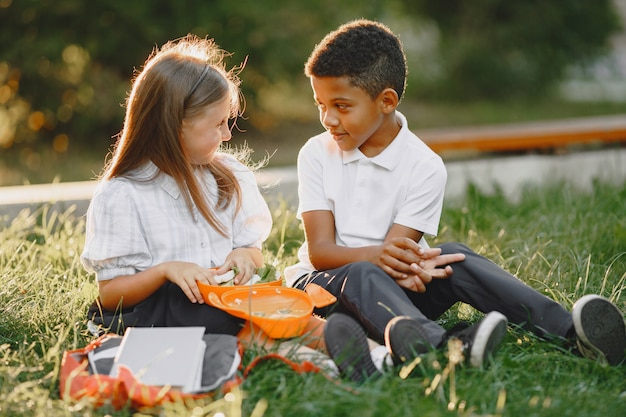 Chłopiec rasy mieszanej i dziewczynka w parku