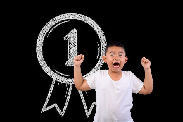 Chłopiec reprezentuje zwycięską liczbę 1 dla wszystkiego.