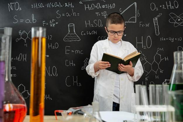 Chłopiec robi eksperymenty w laboratorium