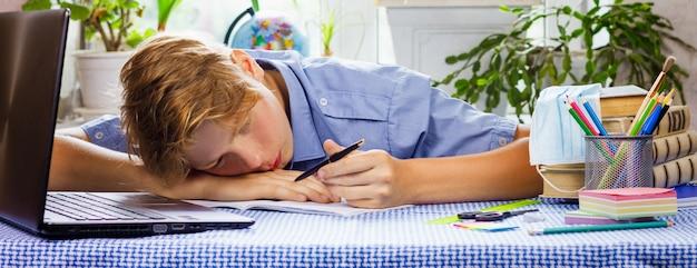 Chłopiec robi lekcje podczas kwarantanny.