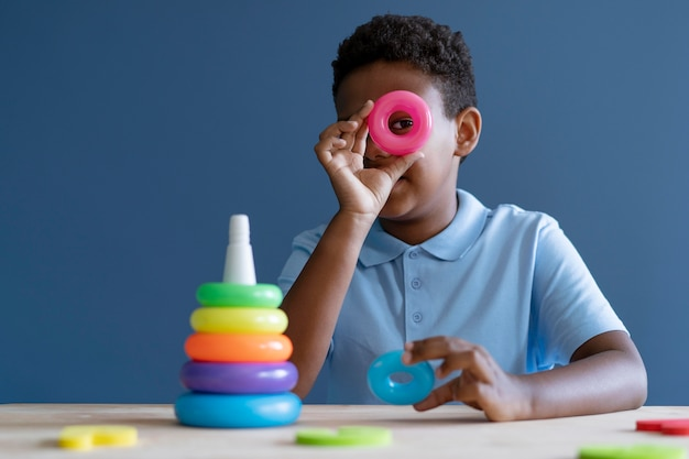 Chłopiec robi sesję terapii zajęciowej