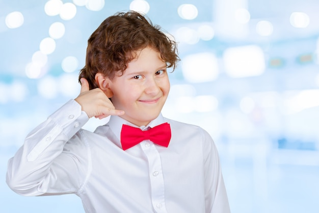 Chłopiec robi wezwaniu ja gesta znak z ręką w kształcie jak telefon