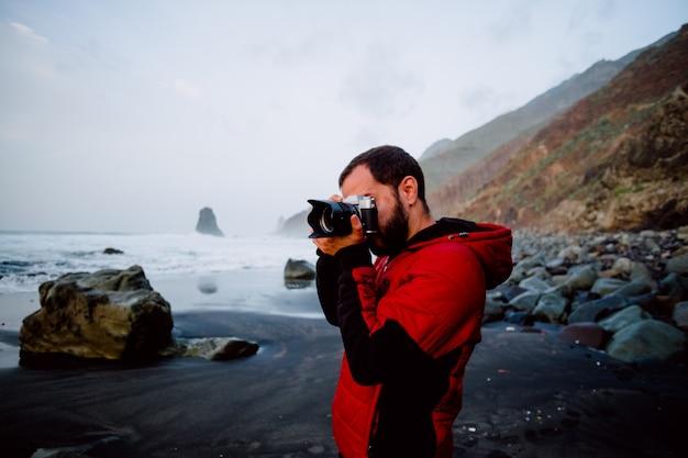 Chłopiec robi zdjęcia na plaży