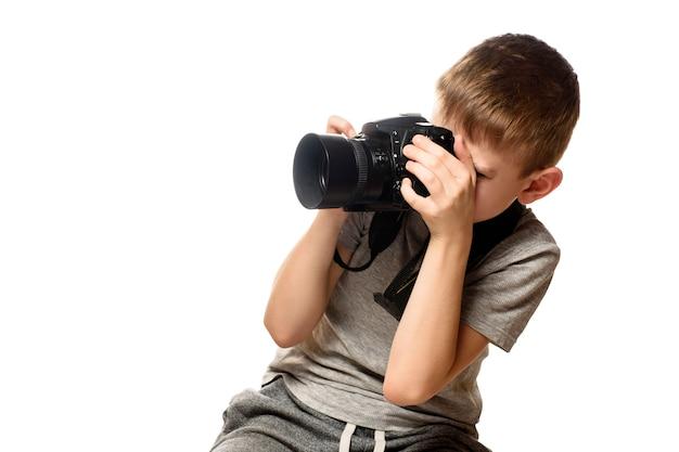 Chłopiec robi zdjęcia w aparacie