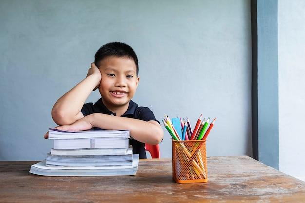 Chłopiec siedzi i studiuje