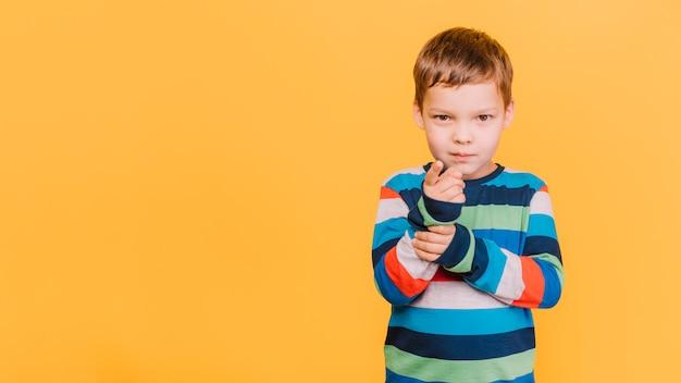 Chłopiec skierowany w twoją stronę