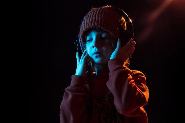 Chłopiec słucha muzyki i tańczy