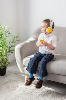 Chłopiec słucha muzyki