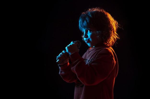 Chłopiec śpiewa jak gwiazda rocka