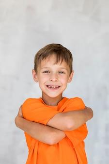Chłopiec średni strzał wyrażający szczęście