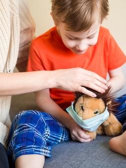 Chłopiec stawia na zabawki masce