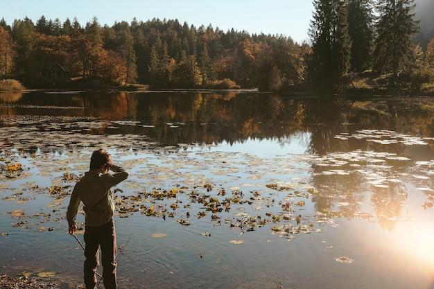 Chłopiec stojący obok zbiornika wodnego w ciągu dnia