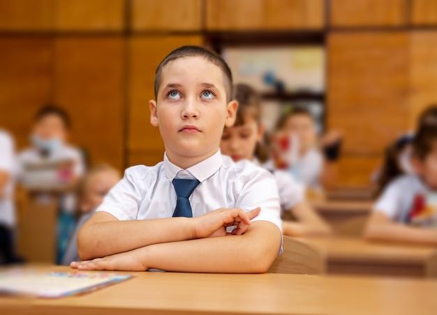 Chłopiec student w klasie