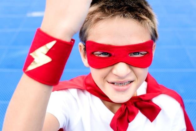 Chłopiec superbohatera wyobraźni pojęcie szczęścia szczęście