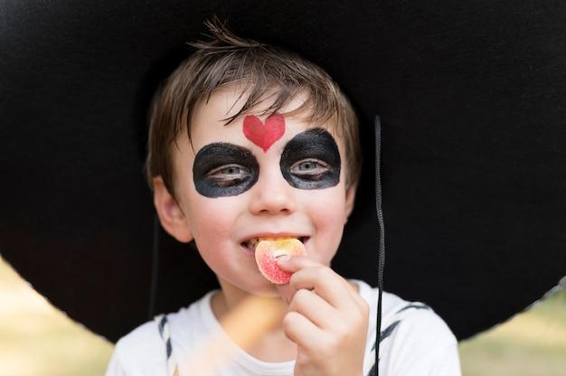 Chłopiec świętuje halloween