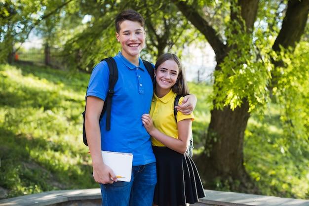 Chłopiec Teen Przytulanie Dziewczyna W Parku Darmowe Zdjęcia