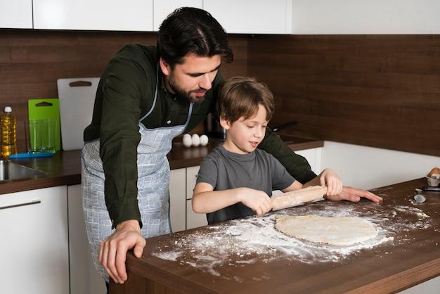 Chłopiec toczny ciasto w domu