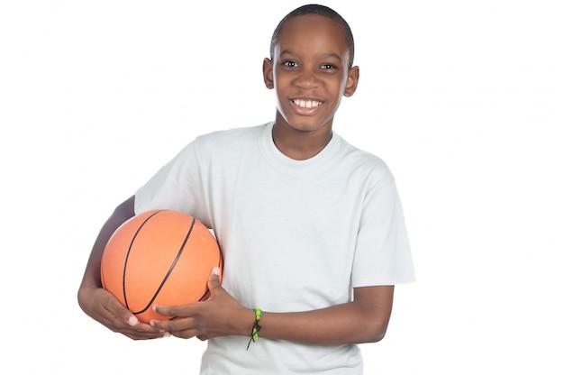 Chłopiec trzyma koszykówki piłkę nad białym tłem