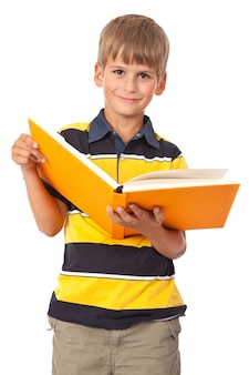 Chłopiec trzyma książkę na białym tle