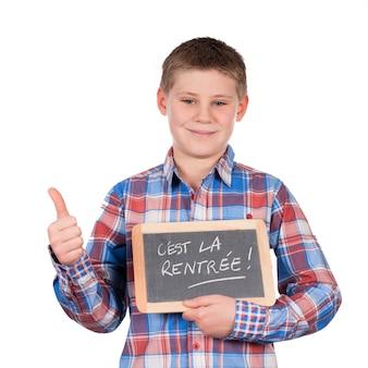 Chłopiec trzyma łupek na białej przestrzeni