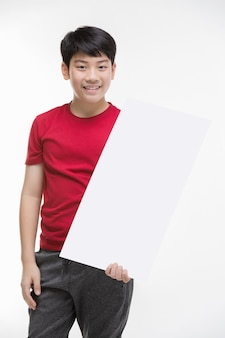 Chłopiec trzyma puste tabliczki