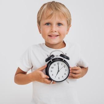 Chłopiec trzyma zegar