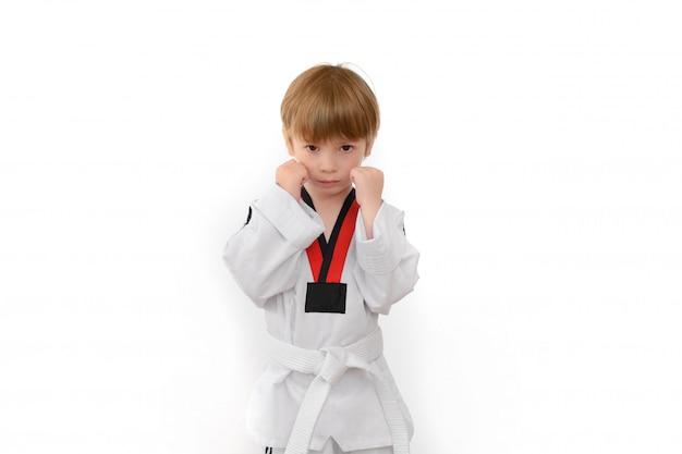 Chłopiec ubierał w dobok na bielu
