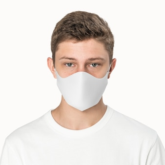 Chłopiec ubrany w białą maskę, nowa normalna sesja modowa z przestrzenią projektową