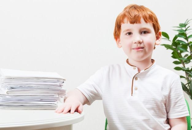 Chłopiec uczący się w domu podczas zamykania szkół podczas pandemii koronawirusa