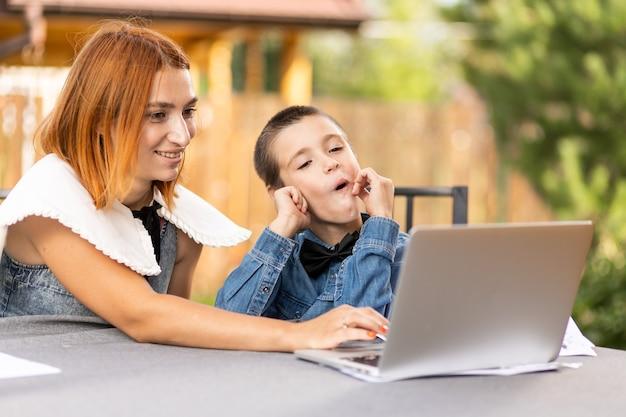 Chłopiec uczący się w domu w klasie online w nowej normie. uczeń słucha wykładu i rozwiązuje problemy