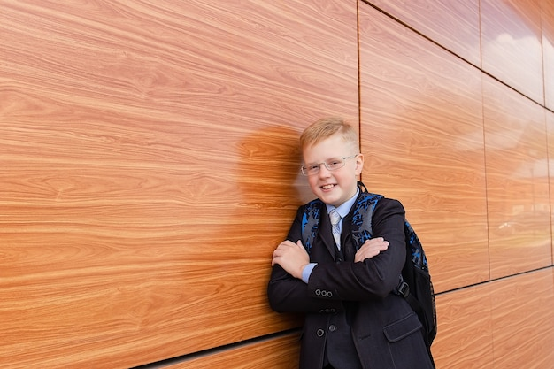 Chłopiec uczeń w pobliżu szkoły na ulicy