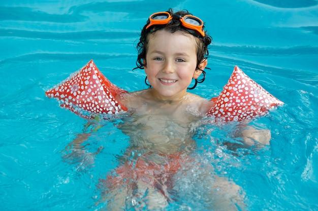 Chłopiec uczy się pływać