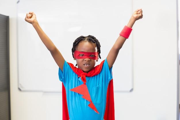 Chłopiec udający superbohatera