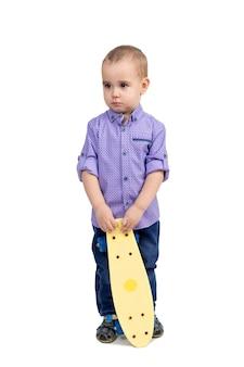 Chłopiec ukarany za chuligaństwo, dziecko smutne z deskorolką