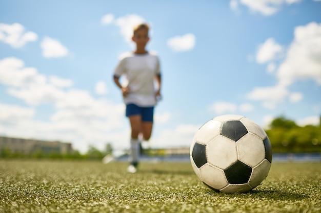 Chłopiec uprawia sport