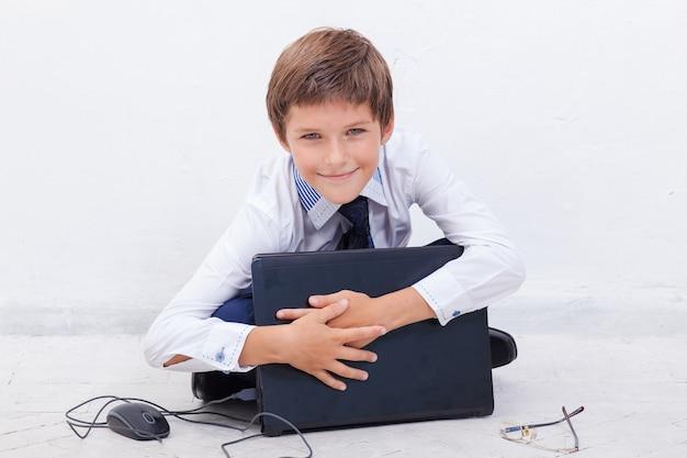 Chłopiec używający swojego laptopa