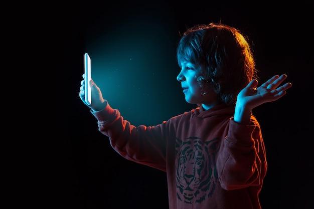 Chłopiec vlogowanie ze smartfonem