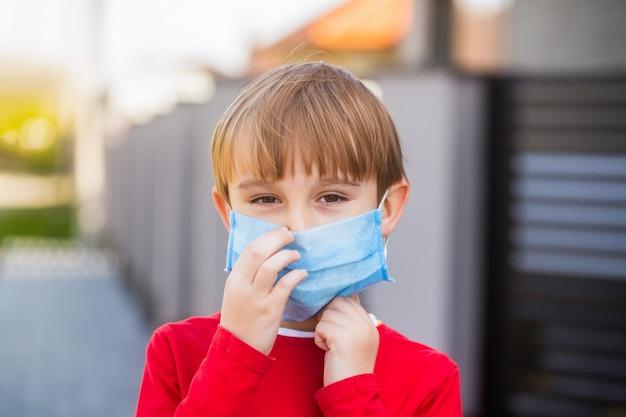 Chłopiec w bandażu chirurgicznym. koronawirus, choroba, infekcja, kwarantanna, maska medyczna.