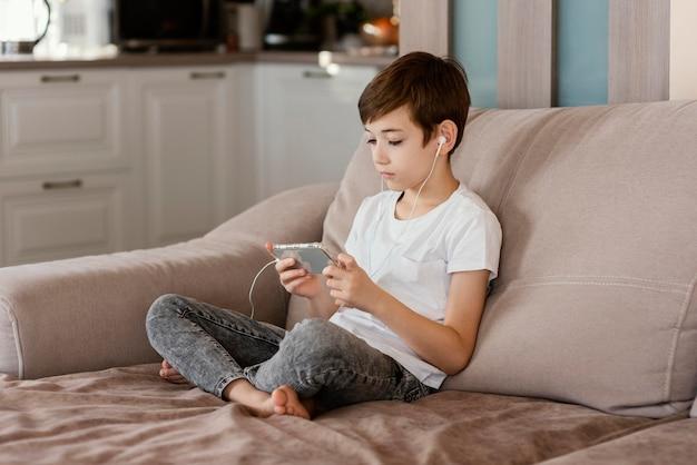 Chłopiec w domu, grając w gry