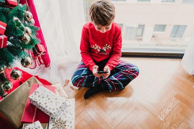 Chłopiec W Domu Przy Choince Premium Zdjęcia